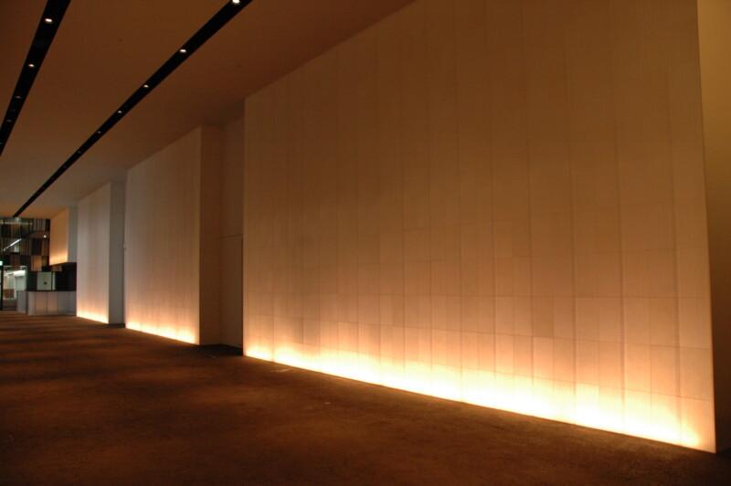 ホワイエ光壁